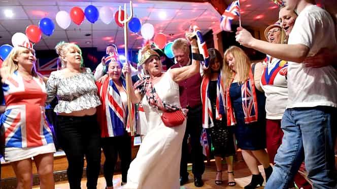 Cum au sărbătorit britanicii ieşirea din Uniunea Europeană. Lumea a ieşit în stradă, a dansat şi a cântat – VIDEO