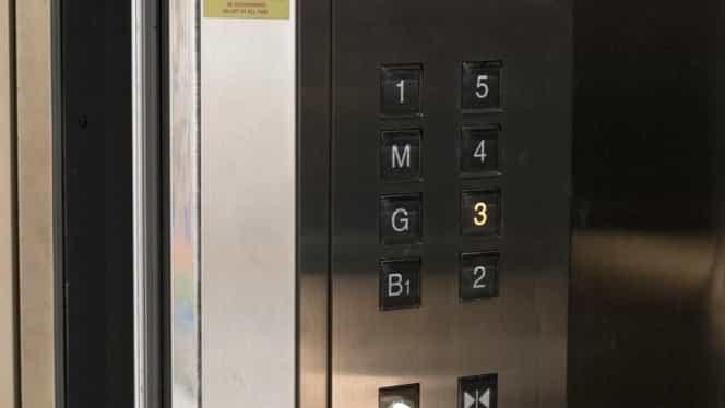 Au pus o camera într-un lift pentru ca intrau prea mulţi necunoscuţi în bloc!
