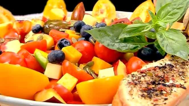 Rețeta zilei de 9 iulie. Salată de vară cu legume și fructe