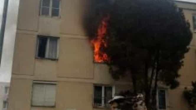 Un bloc din Târgu Mureș a fost evacuat din cauza unui incendiu. S-a înregistrat o singură victimă, o persoană nevăzătoare de 52 de ani