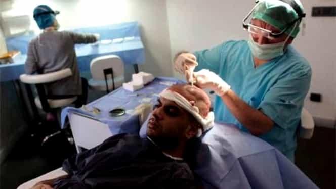 Un om de afaceri în vârstă de 43 de ani a murit la 50 de ore după un implant de păr