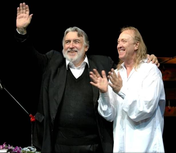 Ștefan Hrușcă îi datorează destinul său muzical marelui poet Adrian Păunescu, care l-a lansat în Cenaclul Flacăra la începutul anilor 80
