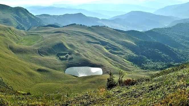 Lacul fără fund din România! Legende amestecate cu un peisaj sălbatic