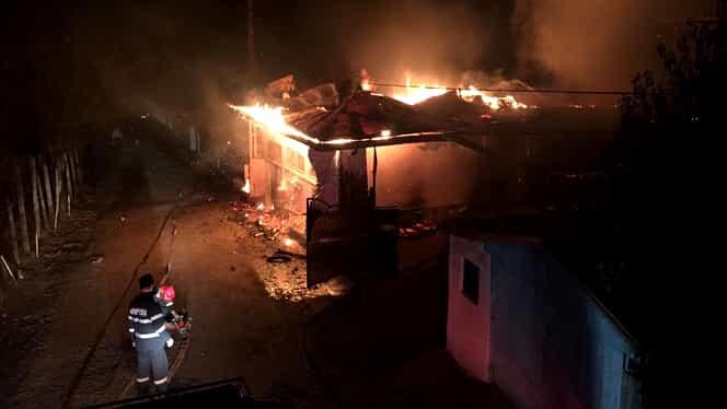 Incendiu de proporții în Bacău! Patru case s-au făcut scrum. Pompierii s-au luptat 12 ore cu flăcările