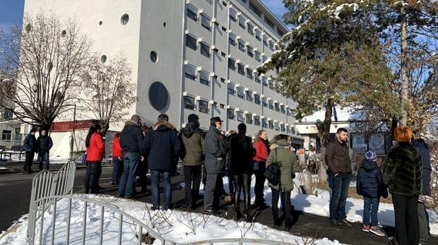 Proteste la Spitalul Județean din Râmnicu Vâlcea, după ce un copil a intrat în comă