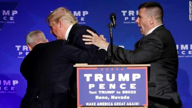 """Donald Trump, scos de pe şcenă de agenţii secreţi. Un individ a strigat """"ARMĂ!"""""""
