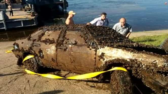Bărbatul a descoperit din greșeală o mașină pe fundul unui râu și a alertat de urgență autoritățile