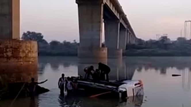 Un autocar a căzut în gol de la peste 20 de metri, în India. Au murit 33 de persoane