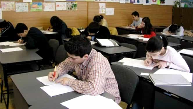 Bani mai mulţi pentru elevii care învaţă bine. Propunerea Ministerului Educaţiei va stârni revolta primăriilor