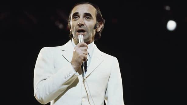 Charles Aznavour, una dintre cei mai cunoscuţi cântăreţi francezi, a murit în noaptea de duminică spre luni, la vârsta de 94 de ani, în locuința sa din Alpilles, sudul Franței.