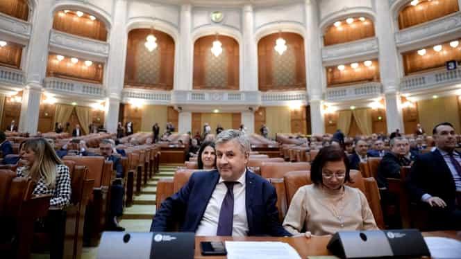 """Un deputat USR îi acuză pe cei din PNL că fac blat cu PSD în Parlament. """"Nu putem pune la îndoială aceste jocuri sub masă"""""""