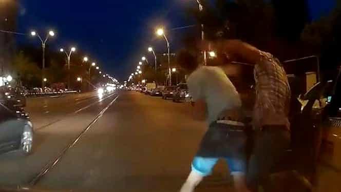 VIDEO / Bătaie în PLINĂ stradă! Au blocat traficul!