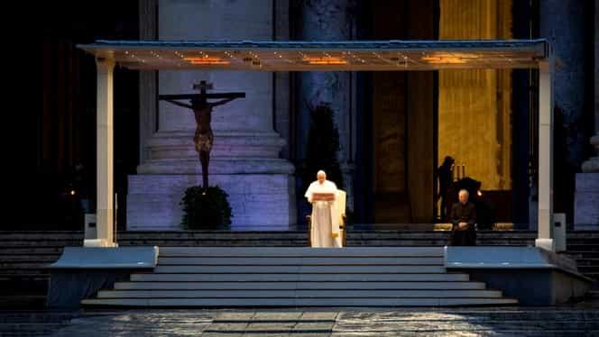 Papa Francisc, rugăciune de unul singur, în ploaie, împotriva epidemiei de coronavirus. Imagini emoționante de la Vatican