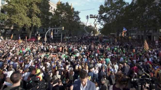 VIDEO. Mii de persoane, la o manifestaţie la Barcelona. Preşedintele Puigdemont, în stradă