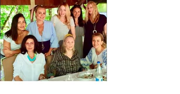 Petrecere mare la azil! Zina Dumitrescu a împlinit vârsta de 82 de ani, iar fostele manechine au vizitat-o la centrul din Snagov în grija căruia se află.
