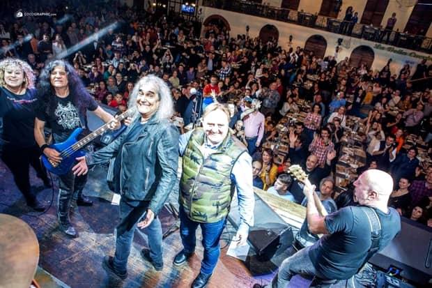 Cristi Minculescu, sărbătorit pe scenă de ziua lui! Imagini de colecție cu solistul trupei IRIS