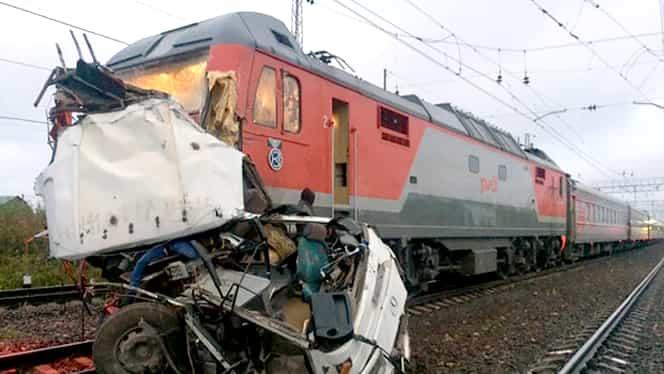 Accident devastator între un tren şi un autobuz plin cu oameni! 19 oameni au murit! GALERIE FOTO