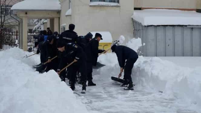 Lecție de omenie la Vaslui! Jandarmii au renunțat la libere ca să deszăpezească școlile