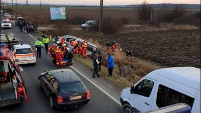Accident cu opt victime în Satu Mare. Un microbuz s-a ciocnit violent cu o maşină