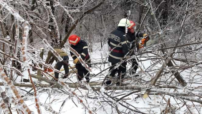 Zeci de turiști blocați de zăpada viscolită în Prahova și Caraș-Severin