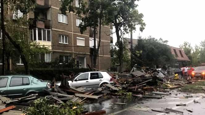 Furtună puternică în Timișoara! S-au rupt copacii, iar acoperișurile caselor au fost smulse