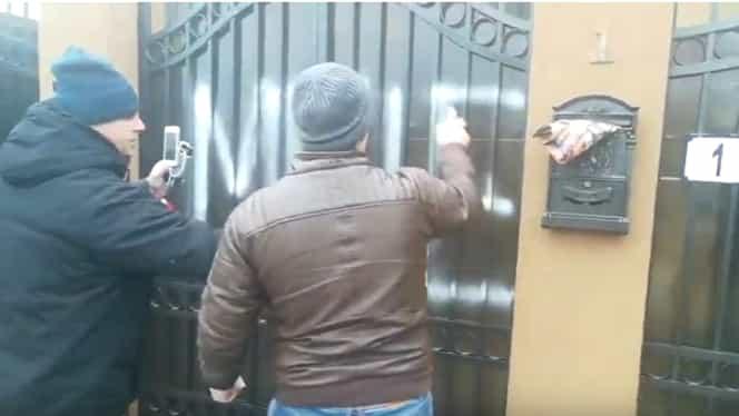 Mesaje obscene scrise pe poarta locuinţei lui Florin Iordache, după gestul său din Parlament. Foto