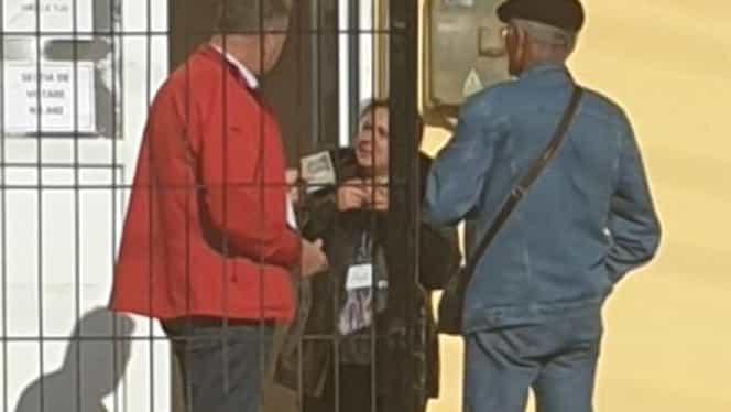 Primarul Stelian Clinciu din Dumbrăveni, Constanța, filmat când dădea bani unor oameni în fața secției de votare