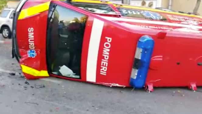 Accident de circulație foarte violent în București! O ambulanță SMURD s-a răsturnat, iar circulația este restricționată