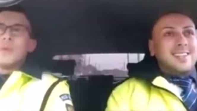 Video. Vezi imagini cu poliţistul care cântă colinde în maşina de serviciu