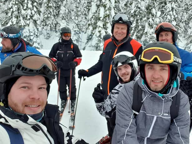 Klaus Iohannis a fost surprins din nou la schi, pe o pârtie din România. Sursă foto: Facebook Moga Marian Bogdan