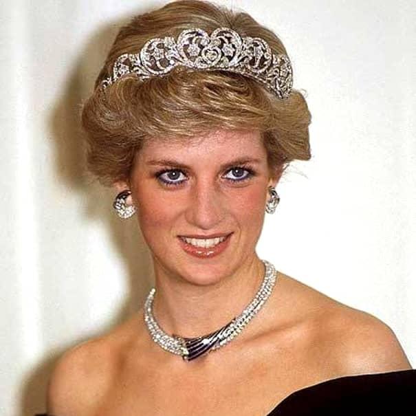 O știre de breaking news înrerupea toate programele televiziunilor din toată lumea! Prințesa Diana a murit într-un accident de mașină! Deși parcă ieri s-a întâmplat, în memoria fanilor săi, de la fatidicul accident au trecut deja 21 de ani!