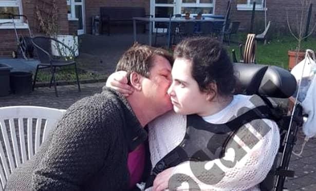 Ultimele imagini cu Ioana Condea în viață, alături de mama ei, în curtea spitalului din Koln