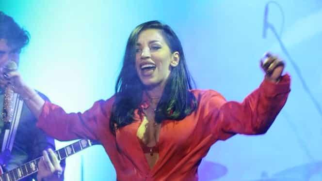GALERIE FOTO. Cîntă franţuzeşte şi se dezbracă româneşte! Ruby a arătat mai mult decât trebuia în timpul unui concert
