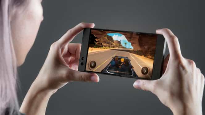 GALERIE FOTO. S-a lansat telefonul dedicat pasionaţilor de jocuri! Are 8 GB memorie!