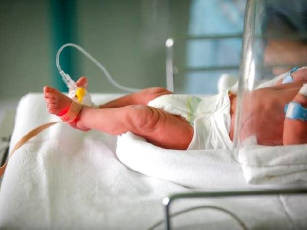 Un bebeluș a murit după ce părinții l-au operat acasă! Ce intervenție chirurgicală i-a adus sfârșitul