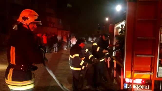 Panică la Galați! Un bloc a fost evacuat după ce un brad de Crăciun a luat foc! Șase oameni au ajuns la spital