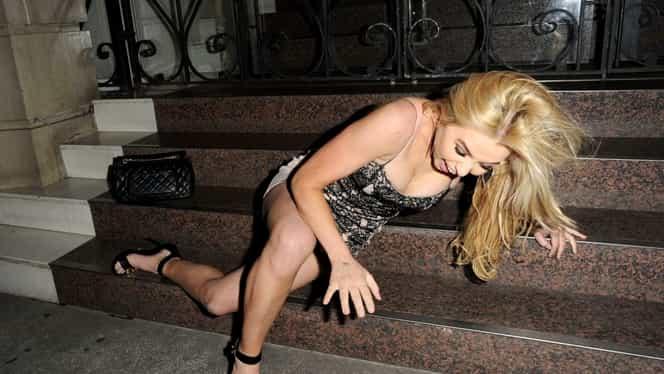 Paparazzeala anului 2018! Vedeta s-a îmbătat şi a căzut pe scări. S-a tăvălit pe trotuar şi a rămas cu totul la vedere