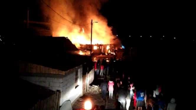 Incendiu violent la periferia orașului Geoagiu! Mai multe case s-au făcut scrum în cartierul muzicanților