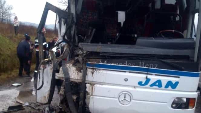 Accident grav în Maramureş! Autobuz plin cu oameni, făcut praf de un camion! Planul roşu de intervenţie a fost activat!