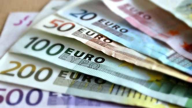 CURS BNR 12 AUGUST. Euro stagnează, dolarul scade puternic