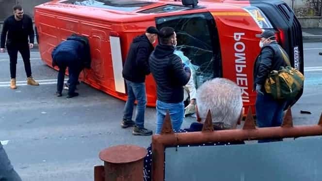 Accident grav în Cluj-Napoca. Mașina SMURD care ducea într-un centru de carantină persoane venite din Franța s-a răsturnat de la impact