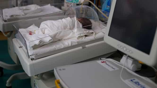 Doi bebeluși gemeni au murit în aceeași zi, unul la spital și unul acasă. Cei doi fuseseră internați mai multe zile, apoi externați