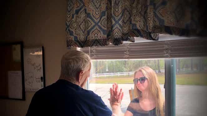 Cum și-a anunțat o tânără bunicul că s-a logodit în plină pandemie de coronavirus. FOTO
