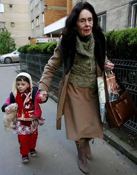 """""""Eliza este fericită! A făcut foarte bine la examenul de Evaluare Națională. A făcut bine și la partea de gramatică, dar și la compunerea de la punctul B. Acolo, a inventat o poveste cum că ar fi mers într-o excursie cu mamă ei. Noi am fost în excursii, dar în alte zone. Văzuse ea la televizor și pe internet cum arată Alba Iulia și Sibiu și asta a ajutat-o foarte mult la descrierea pe care a făcut-o în compunere. Am comparat pe internet răspunsurile ei cu cele corecte și am aflat că a făcut foarte bine. Suntem fericite! (…) Mititica este copleșită de emoții. Nu mănâncă, nu se odihnește, nu se uită la televizor pentru că nu îi arde. Nu poate să învețe la matematică și nici să citească. Stă degeaba, iar eu o laș pentru că trebuie să se liniștească! Deși a spus că nu are emoții, e totuși primul examen mare pe care îl susține. Mai sunt și gândurile astea, ce liceu să aleagă și unde să meargă de acum înainte. E o săptămâna grea, dar ne descurcăm noi. Nici eu nu am putut să gătesc și nici nu cred că o să prepar ceva săptămâna asta. Cum să stau în bucătărie când ea are nevoie de suport?! Mie mi-a fost cam rău dimineață (n.r.: luni, în ziua examenului Elizei). De la emoții, da. Am avut o stare de greață de la starea aia de îngrijorare. Nici de dormit nu am dormit, nici eu și nici ea, mititica. Însă, va trece și perioadă asta și o să ne revenim"""", a povestit Adriana Iliescu"""