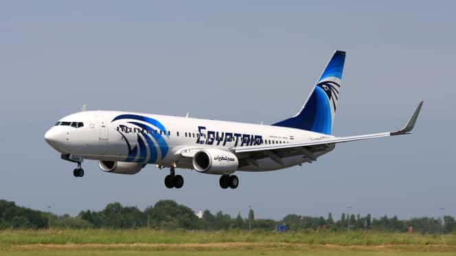 Un avion care mergea la Dubai, deturnat de un bărbat înarmat. Un om a murit