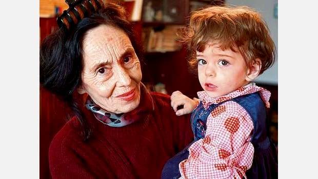 Adriana Iliescu a recunoscut că și-ar fi dorit ceva în plus de la fiica ei. Chiar dacă este fericită că are un copil și că a reușit să o vadă terminând școala generală, cea mai în vârstă mamă din România a spus că Elizei îi lipsește ceva.