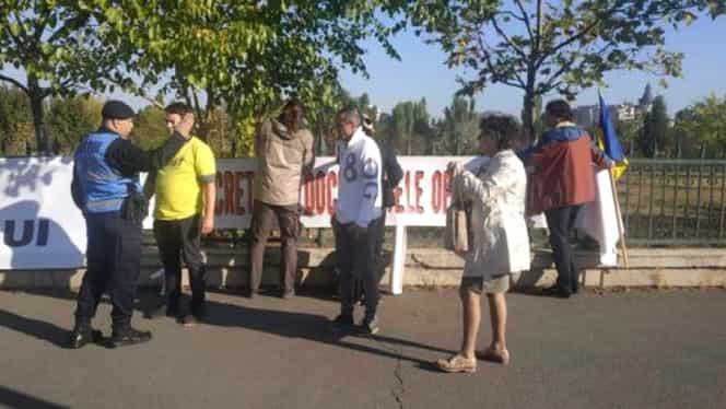 Protest în fața Parlamentului, în ziua votării moțiunii de cenzură. Zeci de oameni cer alegeri anticipate