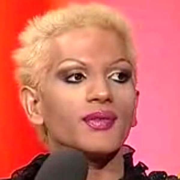 Transsexualul Naomi Moldovan, pe numele său de bărbat Florin Moldovan, a rămas astăzi în memoria publicului din România sub amprenta numeroaselor scandaluri în care a fost implicat de-a lungul timpului.