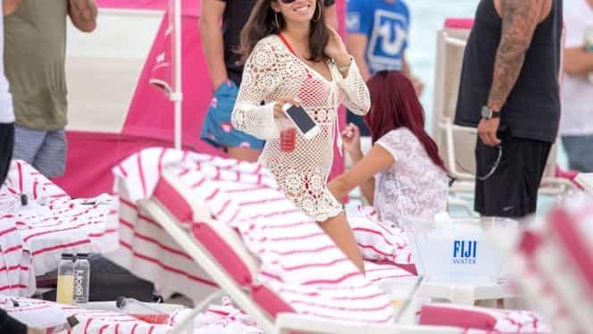 Imagini bombă în showbiz! Alexandra, într-o pereche de bikini minusculi pe o plajă din Miami!