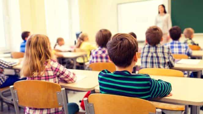 Elevii pot primi 200 de euro de la Ministerul Educației. Care sunt cerințele